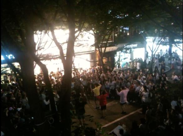 B-Boys mit Fangemeinde im Quartier Hongdae